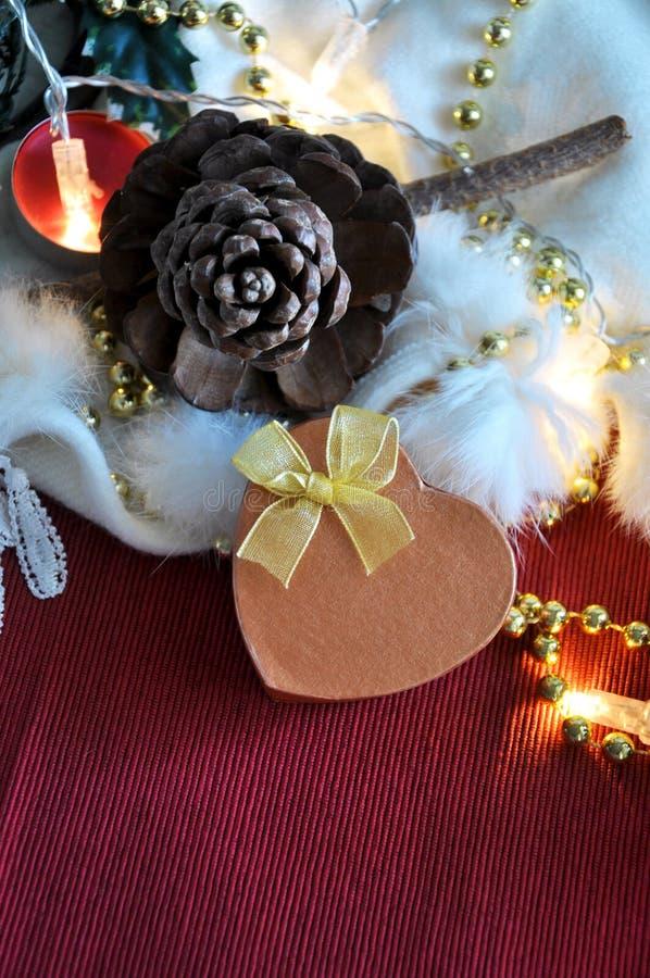 Caja del presente de la forma del corazón en fondo de la Navidad roja y blanca fotografía de archivo