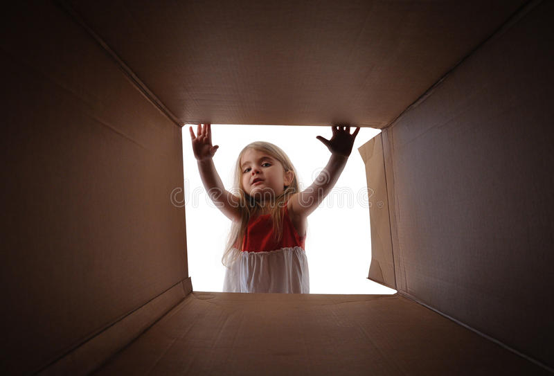 Caja del presente del regalo de la abertura del niño imágenes de archivo libres de regalías