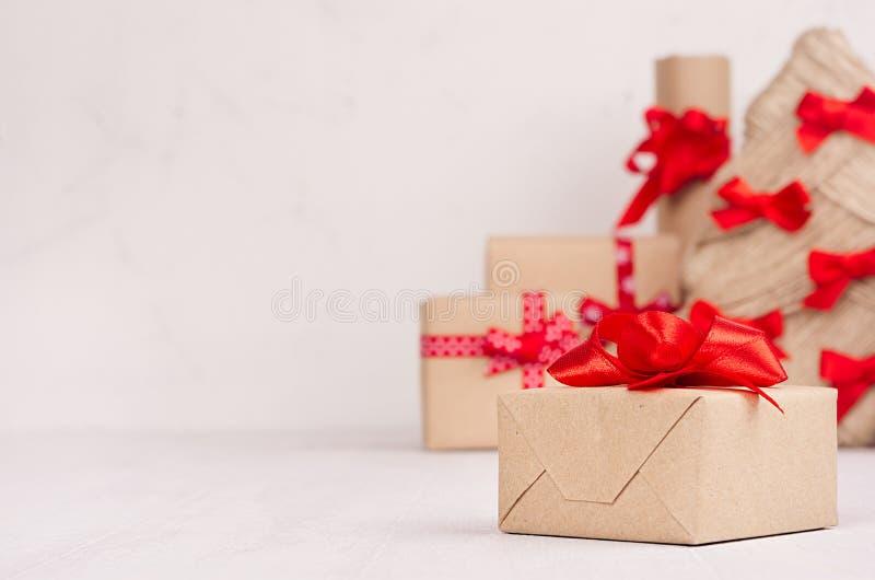 Caja del regalo de Navidad del primer y del árbol de navidad, cajas de Kraft de regalo en la tabla de madera blanca con el espaci fotos de archivo