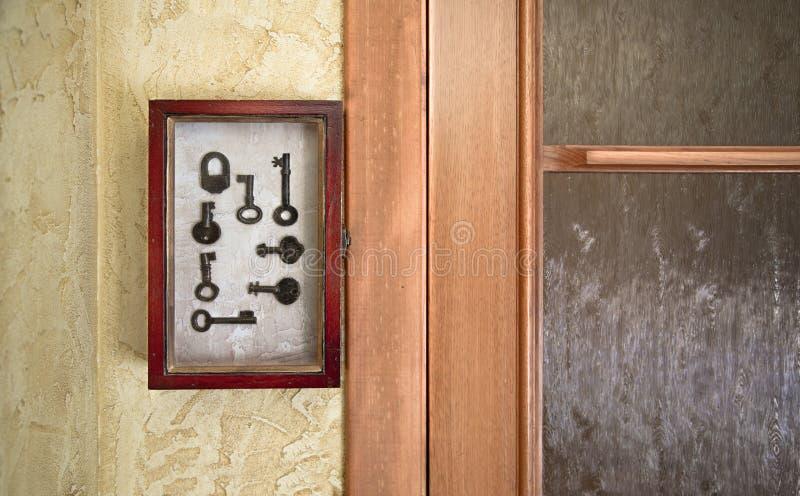 Caja dominante de madera vieja decorativa en la pared cerca de la puerta Imagen filtrada fotografía de archivo libre de regalías