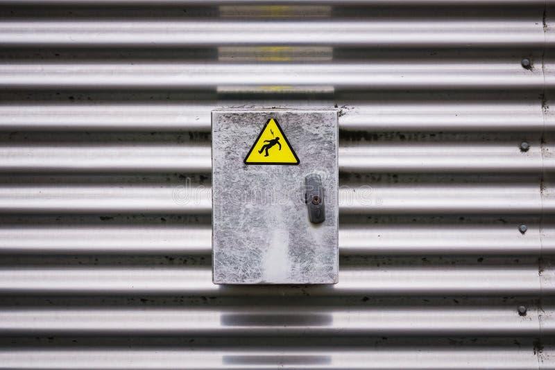 Caja eléctrica con una etiqueta engomada de la muestra del peligro foto de archivo libre de regalías