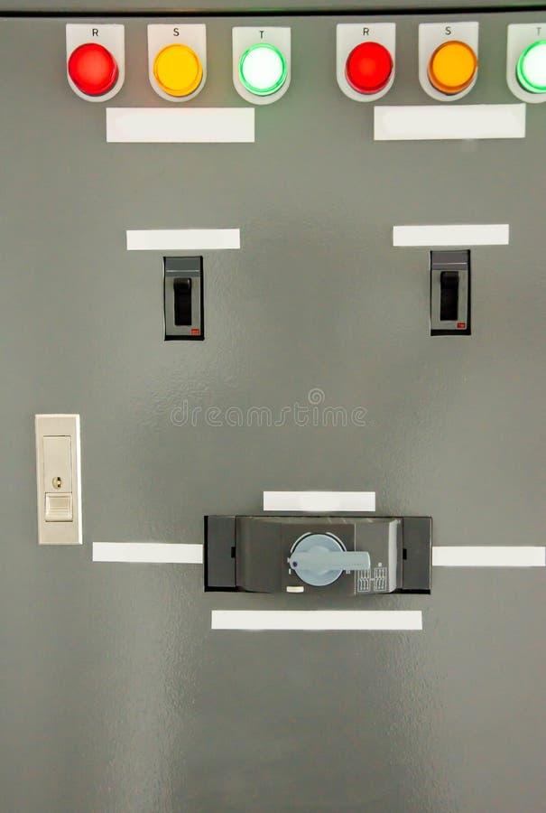 Caja eléctrica de la cubierta del panel de control con el indicador de la lámpara experimental imágenes de archivo libres de regalías