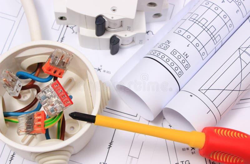 Caja eléctrica, diagramas y fusible eléctrico en el dibujo de construcción imágenes de archivo libres de regalías