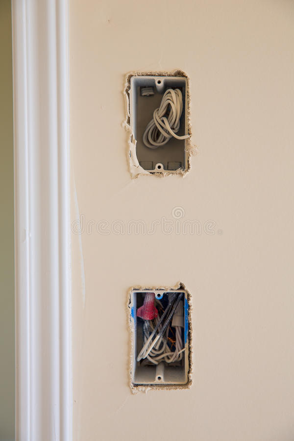 Caja eléctrica para el interruptor y el enchufe con los alambres fotografía de archivo libre de regalías
