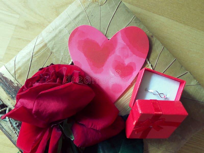 Caja feliz del corazón de la rosa del rojo del día de San Valentín con el anillo fotos de archivo