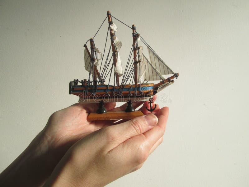 Caja fuerte de la nave en manos fotografía de archivo