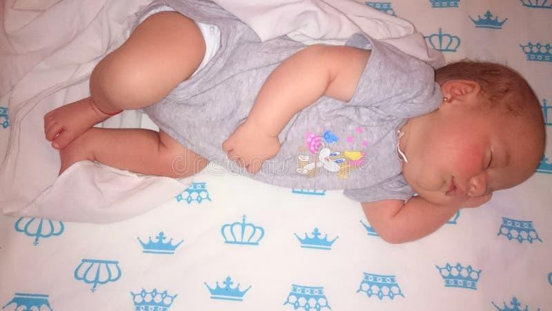 Caja fuerte del bebé el dormir en cama foto de archivo libre de regalías