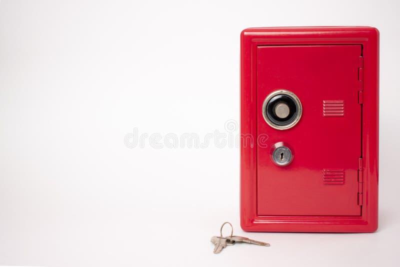 Caja fuerte roja en el fondo blanco banco con llave imágenes de archivo libres de regalías