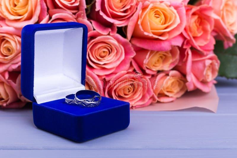 Caja hermosa con las joyas y las flores anaranjadas fotos de archivo libres de regalías