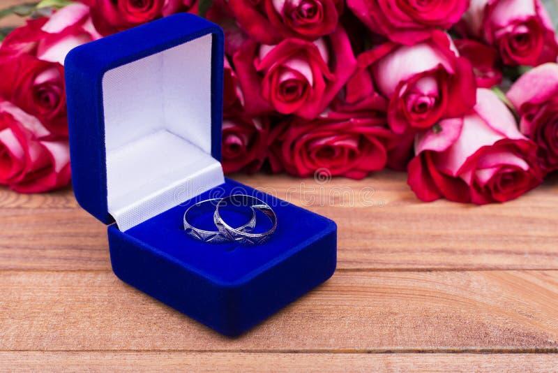 Caja hermosa con las joyas y las flores rojas fotografía de archivo libre de regalías