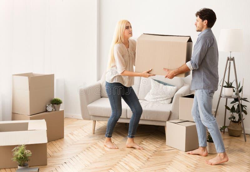 Caja móvil que lleva preocupante del hombre y de la mujer en el nuevo apartamento foto de archivo libre de regalías