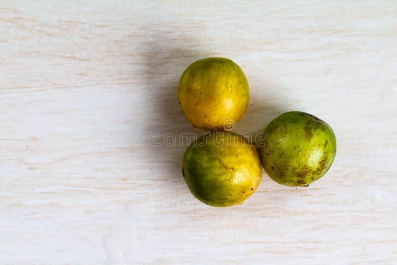 Caja-manga de dulcis de Spondias sur la table texturisée photographie stock