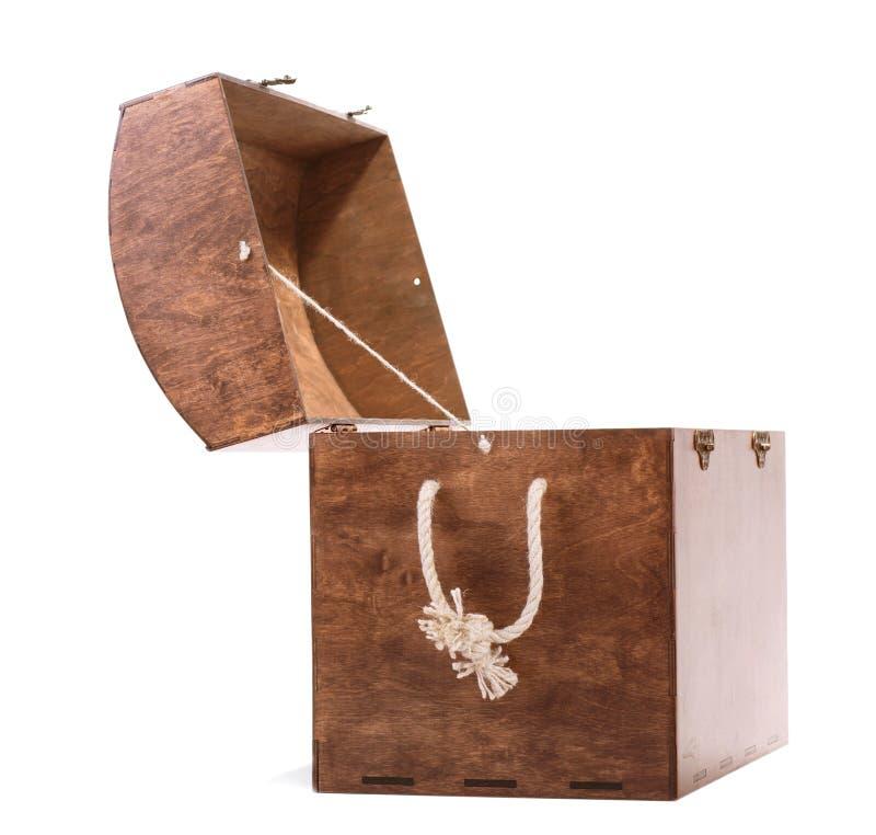 Caja marrón grande con una cuerda beige de la manija, aislada en un fondo blanco Pecho viejo para guardar los diversos juguetes c imagen de archivo
