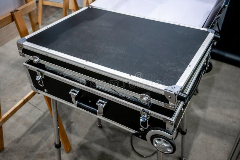 Caja negra de la caja de viaje o del vuelo con las ruedas en el soporte del metal para los di imágenes de archivo libres de regalías