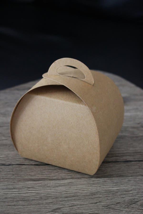 Caja para llevar plegable de la tarjeta con la manija foto de archivo