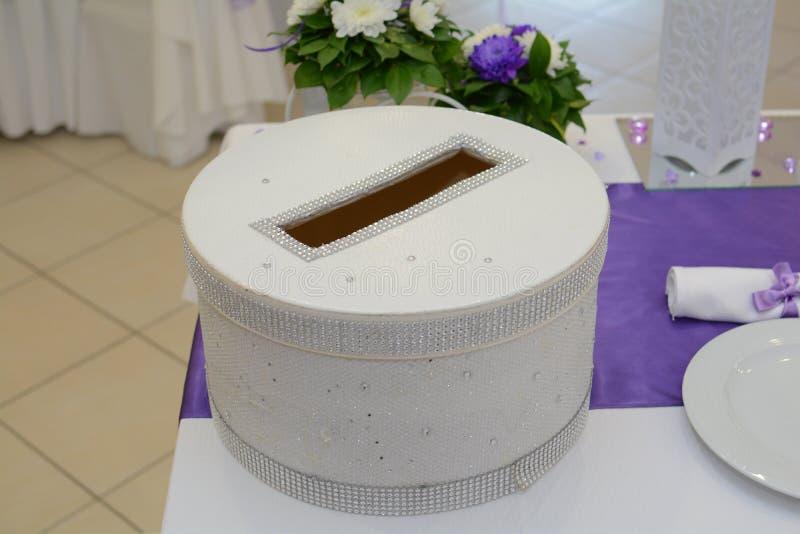 Caja para los deseos y dinero para casarse fotografía de archivo
