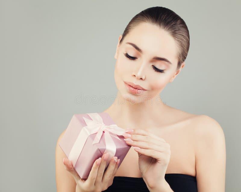 Caja perfecta de Opening Pink Gift del modelo de moda de la mujer joven imagen de archivo