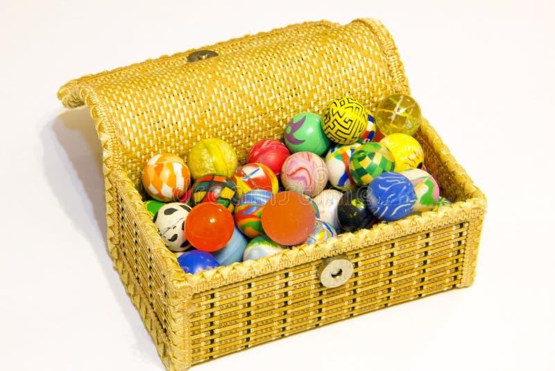 Caja por completo de bolas coloridas imágenes de archivo libres de regalías