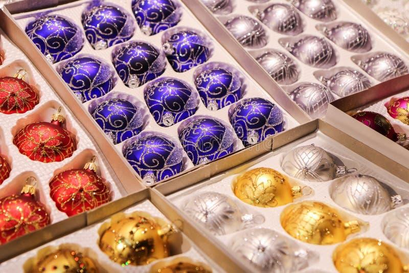 Caja por completo de bolas de cristal de la Navidad imagenes de archivo