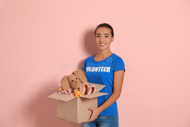 Caja que se sostiene voluntaria de la hembra con donaciones fotos de archivo libres de regalías