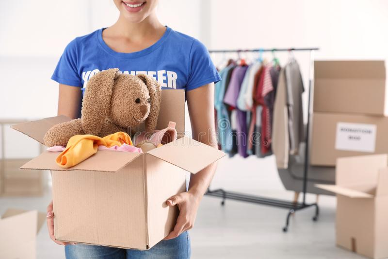 Caja que se sostiene voluntaria de la hembra con donaciones dentro imágenes de archivo libres de regalías