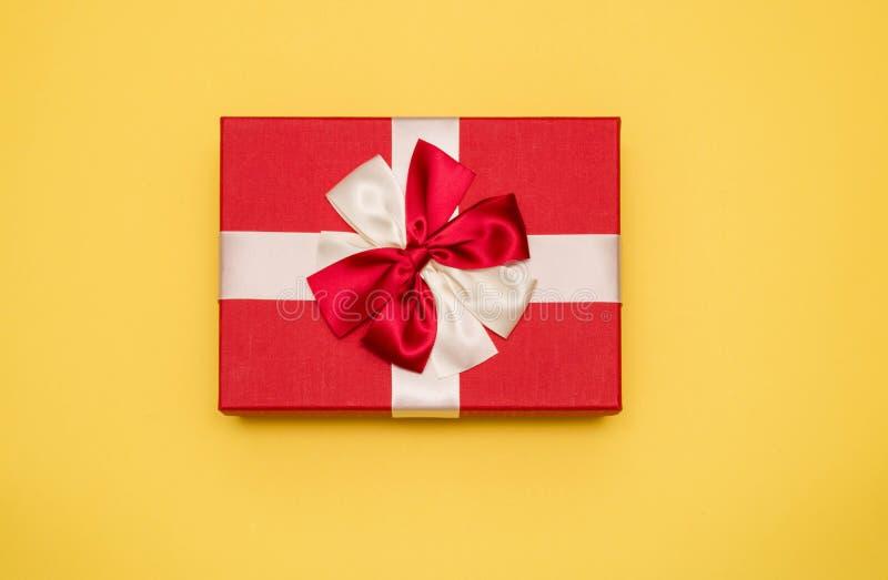 Caja real con la opinión de top blanca y roja del arco y de la cinta el día de tarjeta del día de San Valentín aislada en fondo a foto de archivo libre de regalías