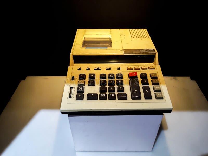 Caja registradora antigua de la calculadora vieja, máquinas sumadoras o calculadora antigua en el museo Mandiri imagen de archivo libre de regalías