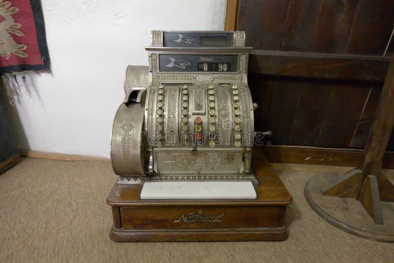 Caja registradora antigua en la vieja familia de Hristic de la casa en Pirot, servio imagen de archivo