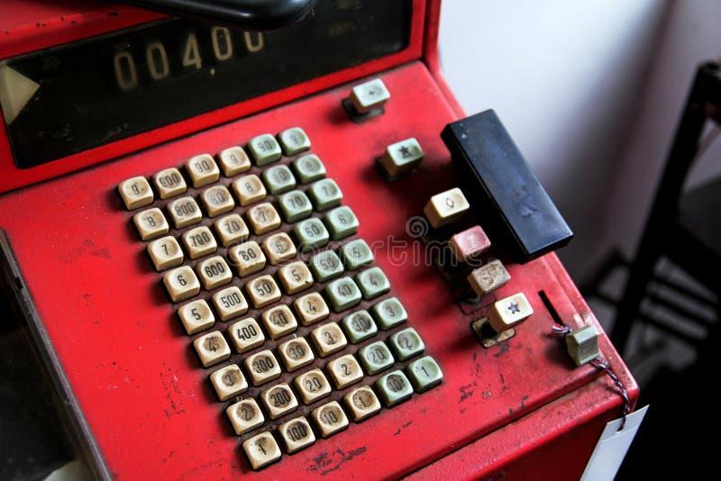 Caja registradora de antaño roja fotografía de archivo