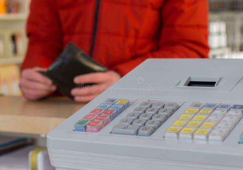 Caja registradora en una tienda: El cliente está pagando imagen de archivo libre de regalías