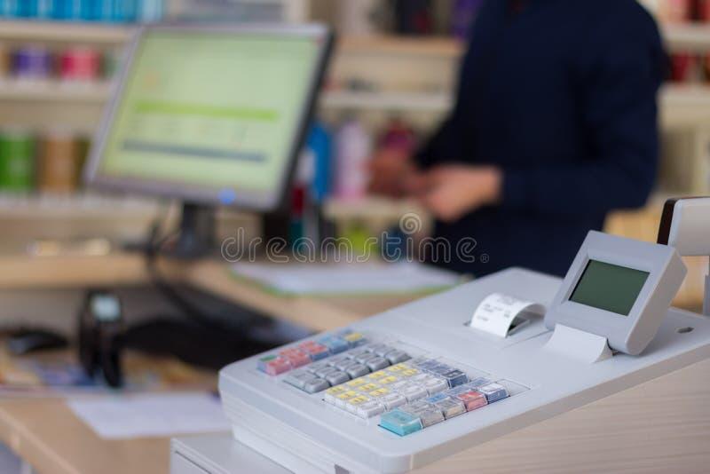 Caja registradora en una tienda: El cliente está pagando foto de archivo libre de regalías