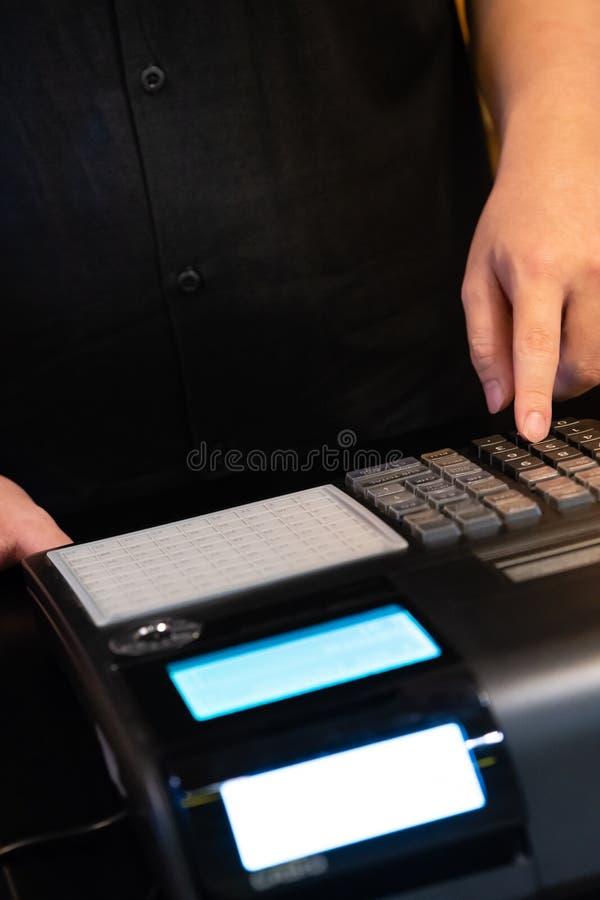 caja registradora instalada en el contador para aceptar orden del cliente cantidad que entra del hombre de las ventas en la caja  imagenes de archivo