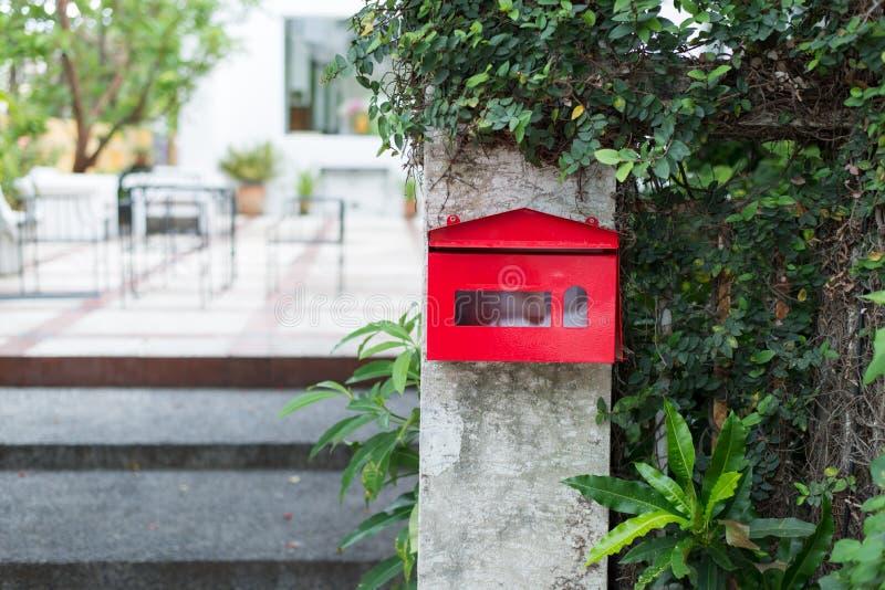 Download Caja roja foto de archivo. Imagen de wooden, poste, árbol - 42445964