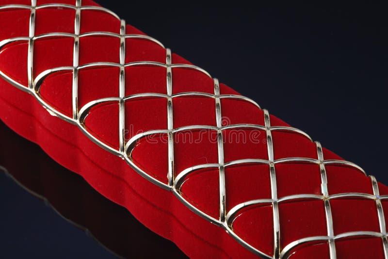 Caja roja de la joyería en un fondo oscuro foto de archivo libre de regalías