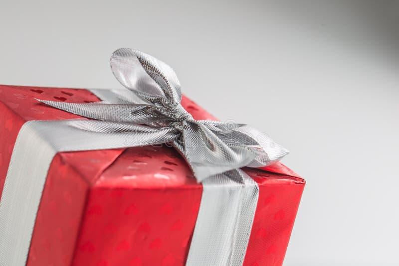 Caja roja de la tarjeta del día de San Valentín de la Navidad o de regalo del cumpleaños con la cinta de plata imagen de archivo