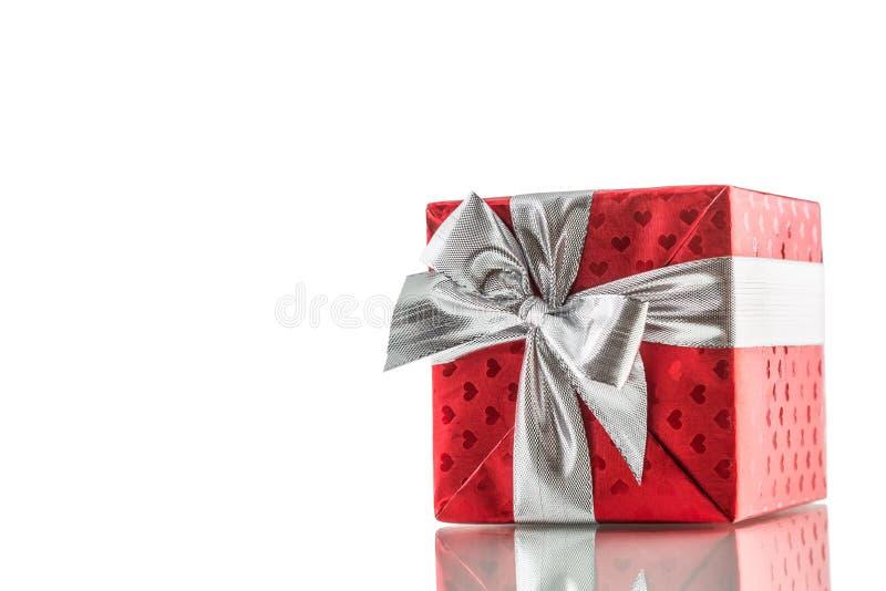 Caja roja de la tarjeta del día de San Valentín de la Navidad o de regalo del cumpleaños con la cinta de plata fotografía de archivo libre de regalías