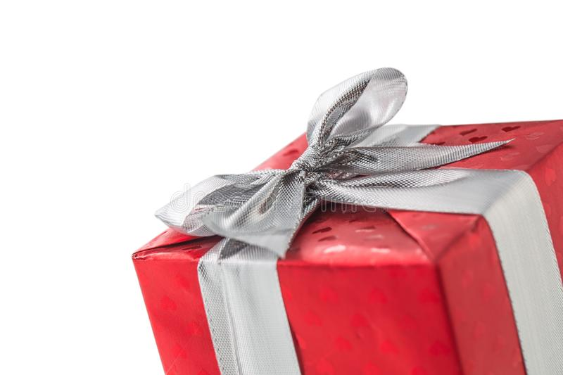 Caja roja de la tarjeta del día de San Valentín de la Navidad o de regalo del cumpleaños con la cinta de plata foto de archivo