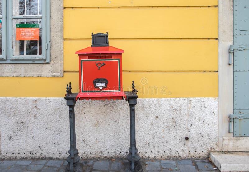 Caja roja de los posts de la viejo-moda tradicional en Budapest Hungría fotografía de archivo libre de regalías