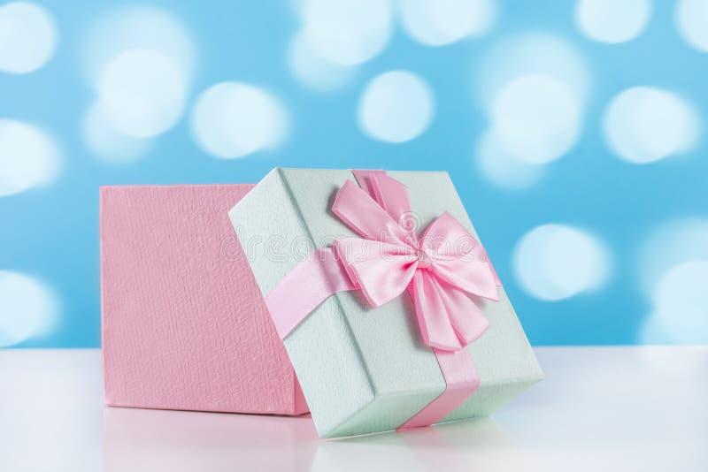 Caja suavemente rosada del presente del regalo del bebé con el arco imágenes de archivo libres de regalías