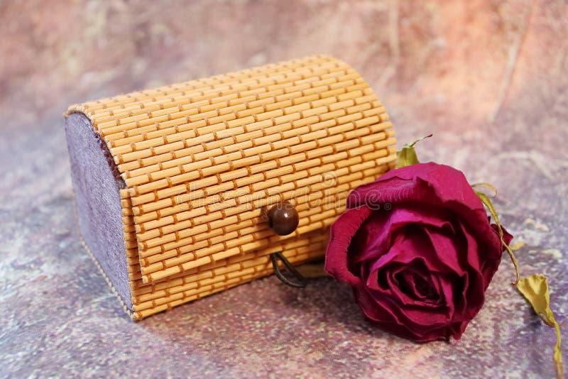 Caja, trenzada de los palillos de madera, con el bijouterie fotografía de archivo libre de regalías
