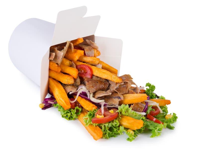 Caja turca del kebab con las patatas fritas en el fondo blanco foto de archivo