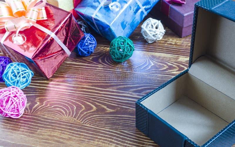 Caja vacía abierta en la decoración roja del color de fondo de cajas azules en fondo marrón fotografía de archivo