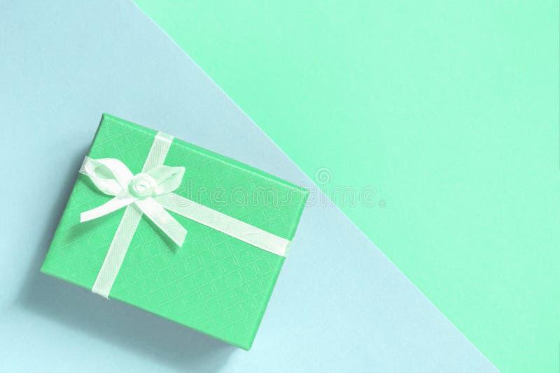 Caja verde de color en colores pastel con un arco Fondo con el rect?ngulo de regalo Copie el espacio foto de archivo