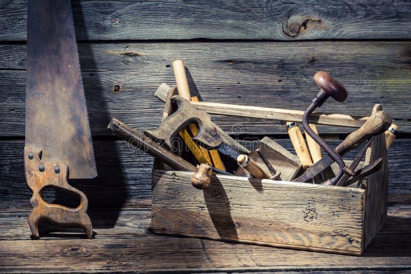 Caja vieja de los carpinteros con las herramientas fotos de archivo libres de regalías