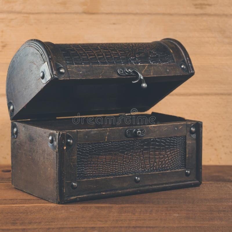 Caja vieja del tesoro en antigüedad de madera del fondo fotos de archivo