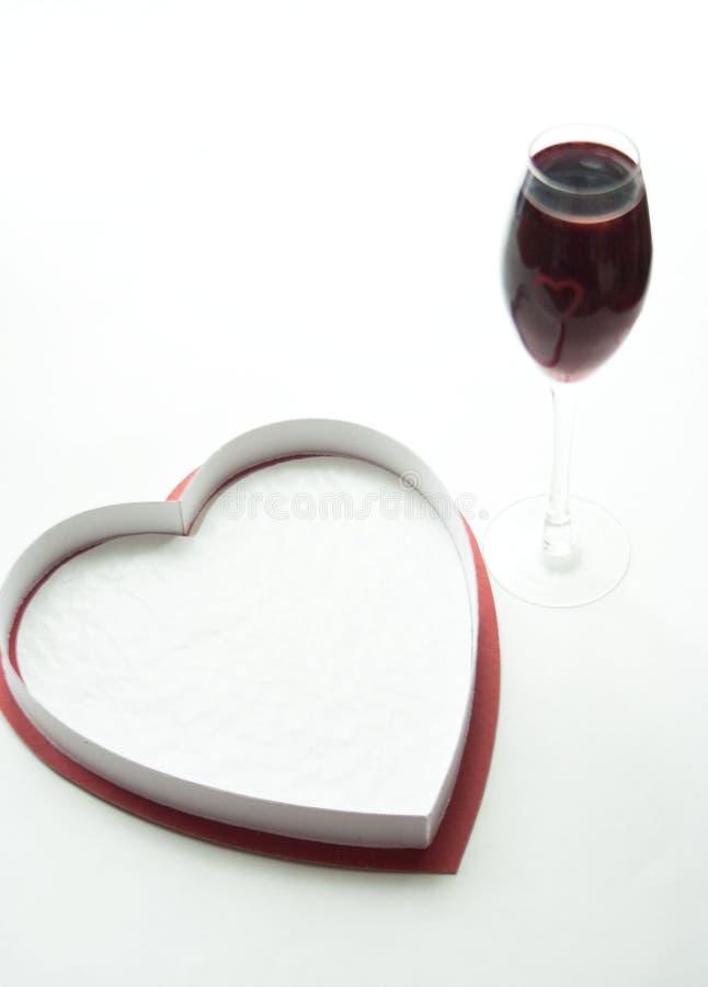 Caja y corazón en forma de corazón sobre el vidrio fotografía de archivo