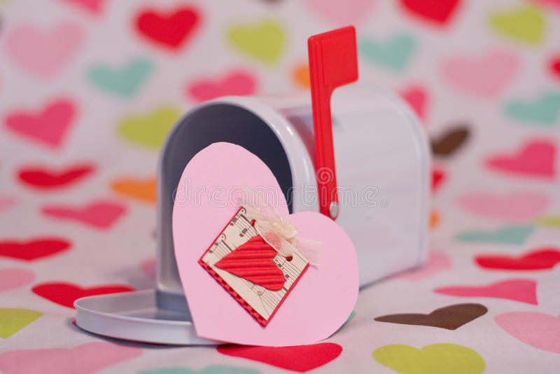 Caja y corazones de la tarjeta del día de San Valentín imagen de archivo libre de regalías
