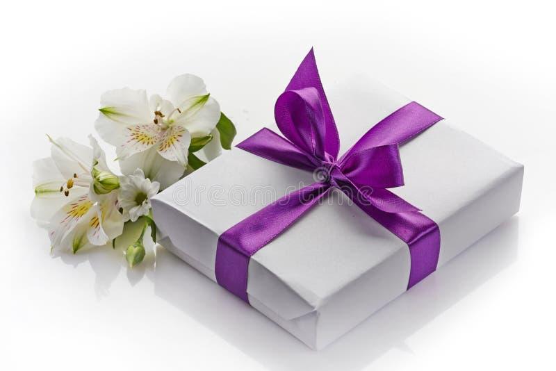 Caja y flores de regalo foto de archivo libre de regalías