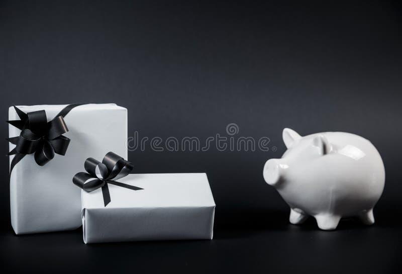 Caja y regalos de dinero del estilo de la hucha aislados en negro un backgro imagenes de archivo