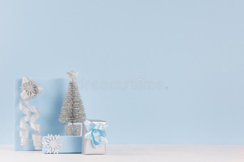 Cajas azules de la decoración y de regalo de la elegancia airosa, árbol para la Navidad con las cintas de plata en el fondo de ma fotos de archivo libres de regalías